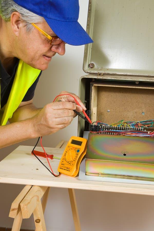 Electrian på arbete i byggnadsplats arkivfoton