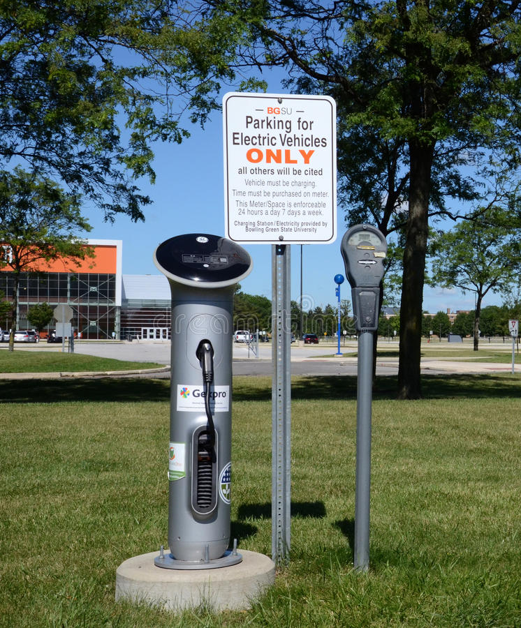 Electric charger at Bowling Green State University. BOWLING GREEN, OH - JUNE 25: An electric car charger at Bowling Green State University in Bowling Green, Ohio royalty free stock images