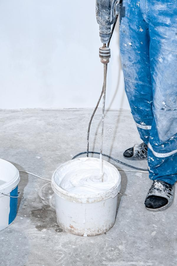 Free Electric Mixer Mixes Paint In A White Bucket Stock Images - 135694934