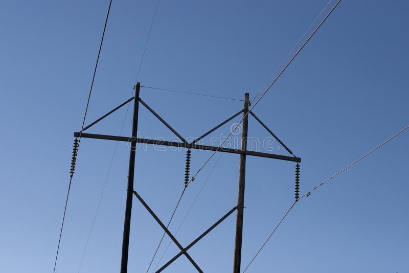 Electric Power alinea el cielo azul foto de archivo libre de regalías