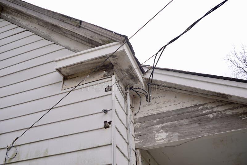 Electric Power-Lijnen aan een huis royalty-vrije stock foto