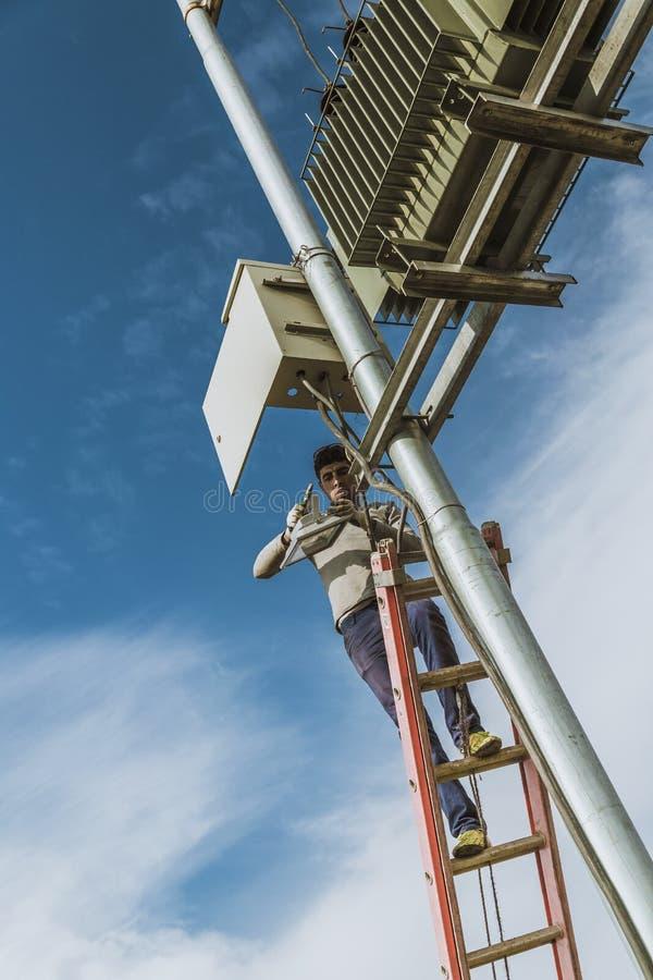 Electricain que repara o transformador de poder imagem de stock