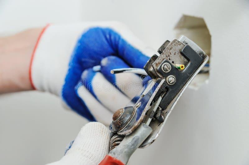 Electrican ontdoende van isolatie van draad royalty-vrije stock foto