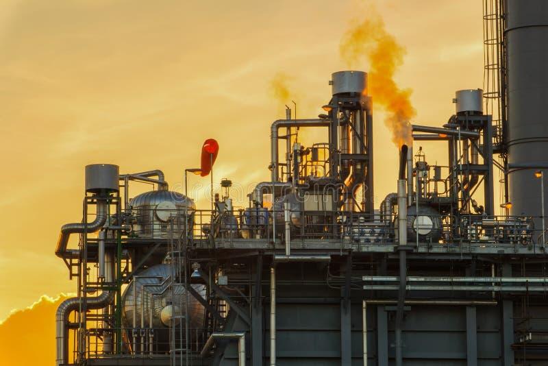 Electricidad de la central eléctrica del ciclo combinado del gas natural que genera la estación imagen de archivo libre de regalías