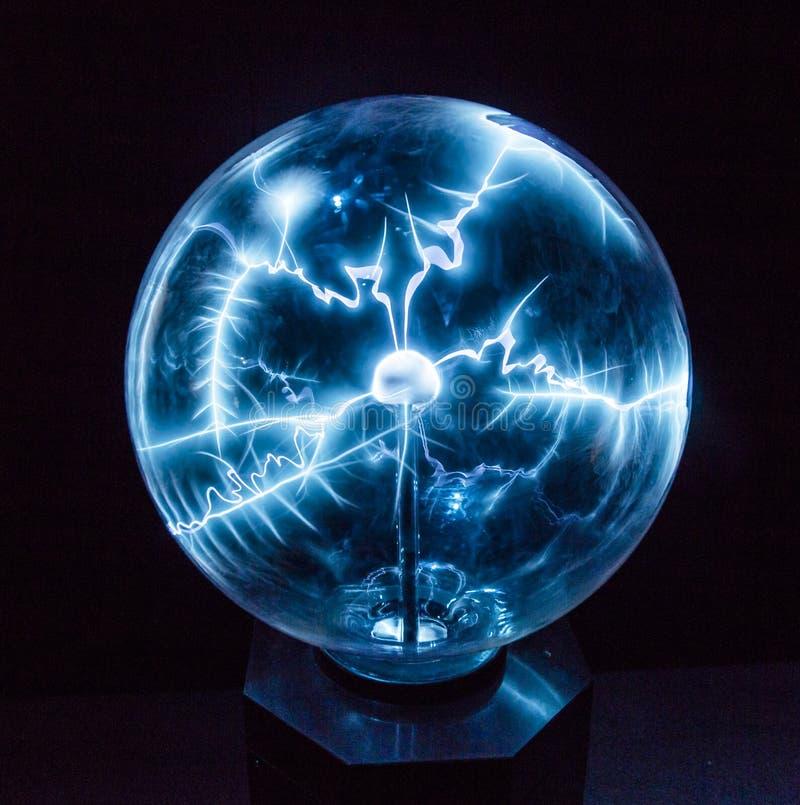 Electricidad en una bola del plasma fotos de archivo