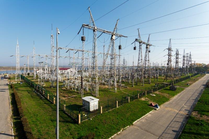 Electricidad que transmite de la línea eléctrica de hidroeléctrico a la ciudad imágenes de archivo libres de regalías