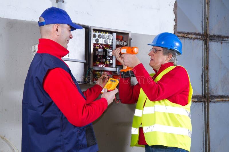 Electricinas au travail photo libre de droits