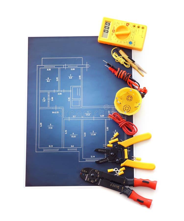 Electricista \ 'fuentes de s con esquema eléctrico en el fondo blanco imágenes de archivo libres de regalías