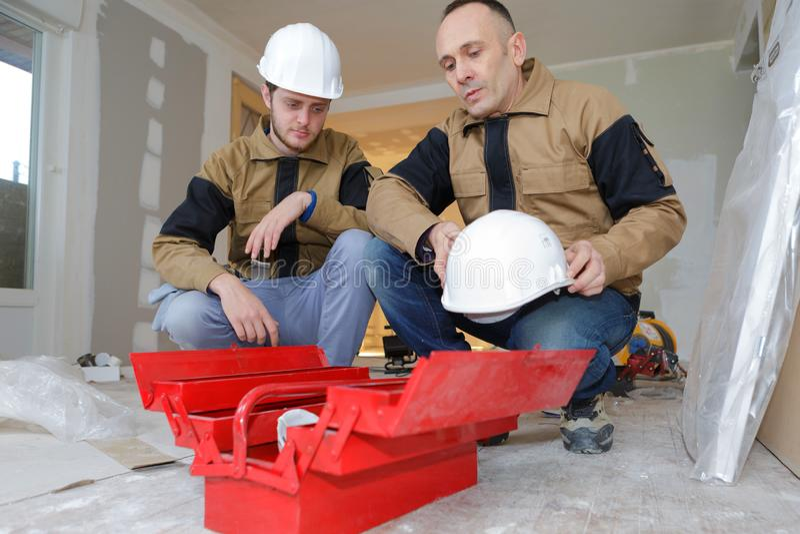 Electricista With Apprentice Working en nuevo hogar fotos de archivo libres de regalías
