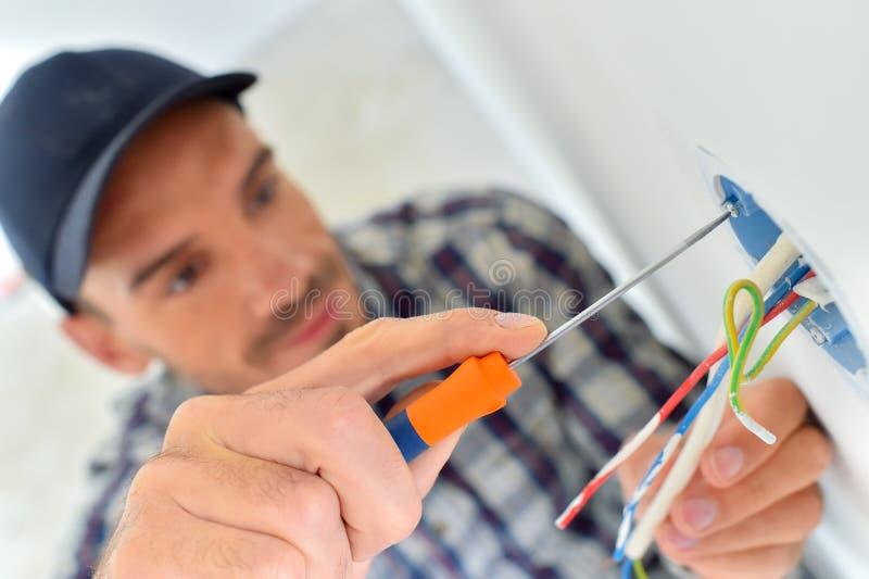 Electricista con el cableado expuesto fotografía de archivo