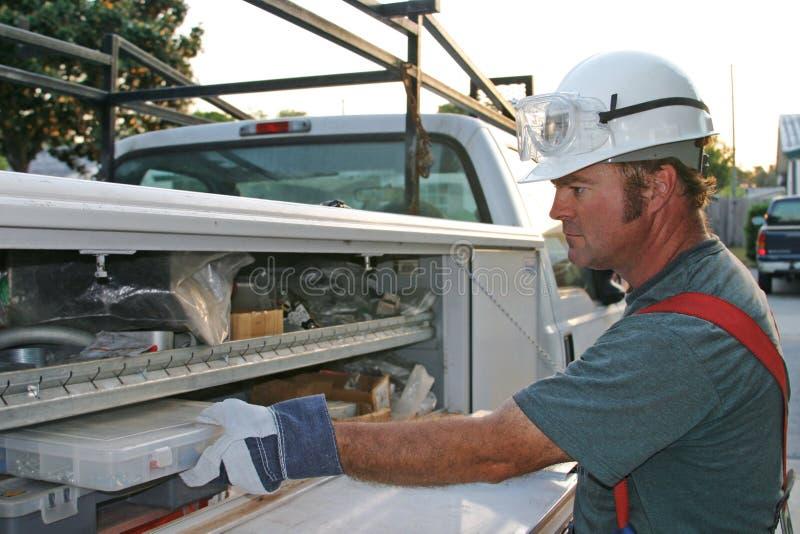 Electricista con el carro 1 del servicio imagen de archivo libre de regalías