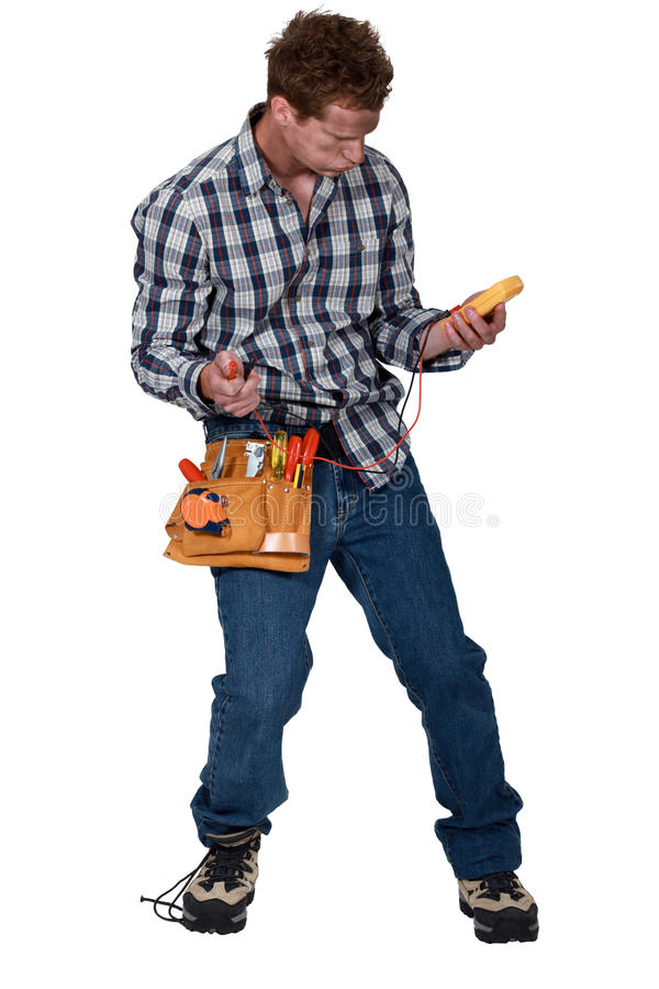 Electricista con el voltímetro fotografía de archivo