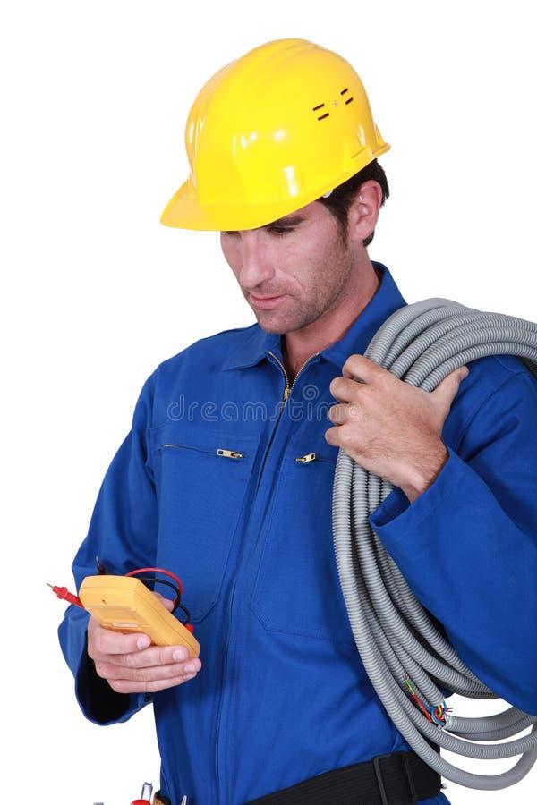 Electricista con el voltímetro fotos de archivo libres de regalías