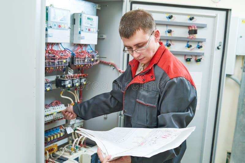 Electricista con proyecto eléctrico del esquema imágenes de archivo libres de regalías