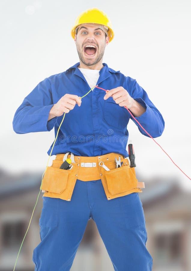 Electricista en choque con los cables de alambres en solar imagenes de archivo