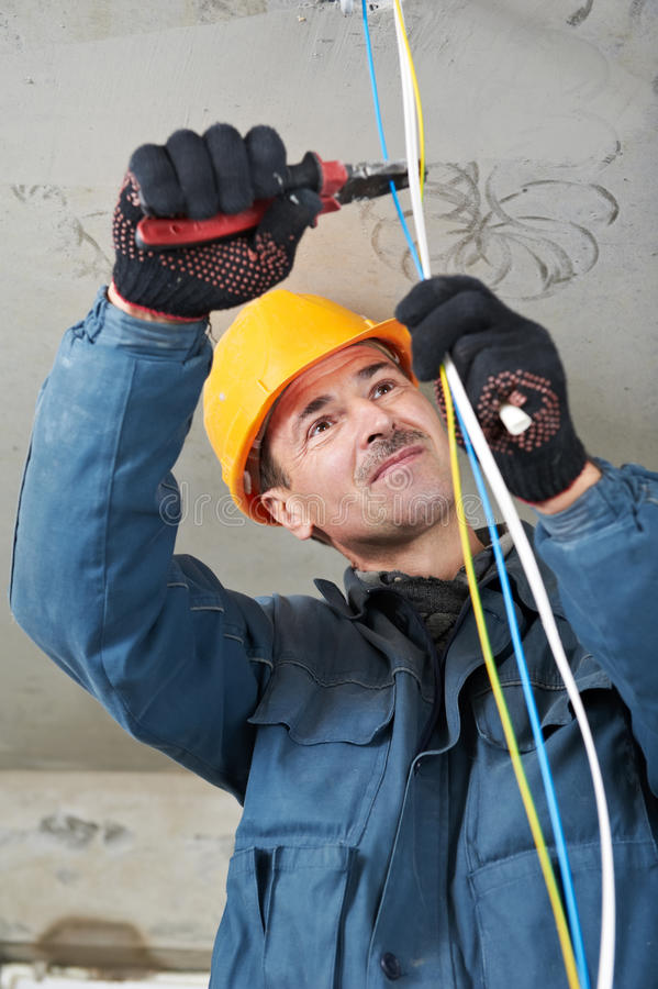 Electricista en el trabajo del cableado foto de archivo