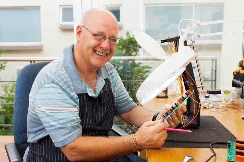 Electricista mayor casual fotografía de archivo libre de regalías