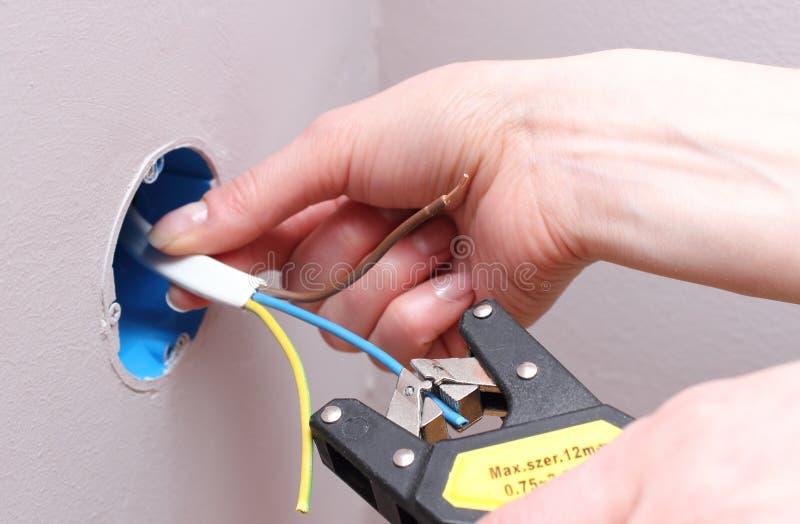 Electricista que aísla los alambres eléctricos fotos de archivo libres de regalías