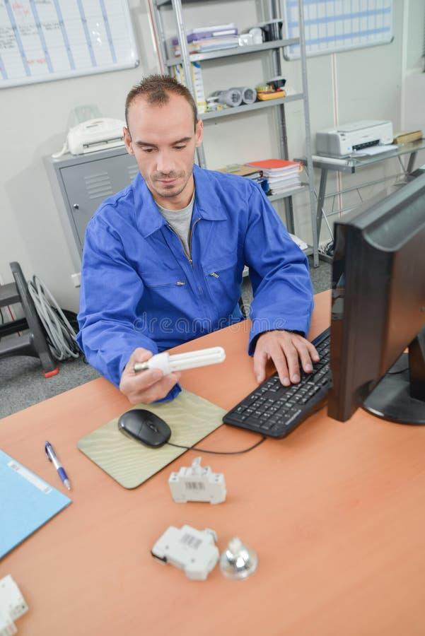 Electricista que comprueba el número de parte imágenes de archivo libres de regalías
