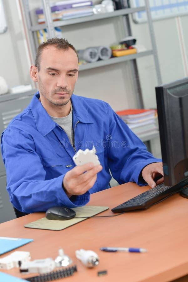 Electricista que pide la nueva acción imagen de archivo