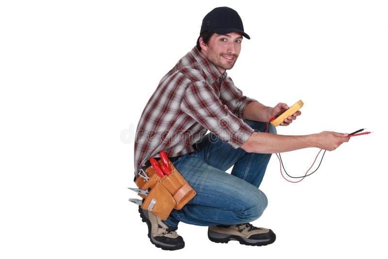 Electricista que sostiene una herramienta fotografía de archivo