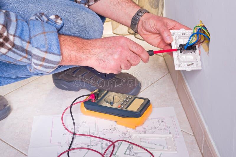 Electricista que trabaja en la planta eléctrica imagen de archivo libre de regalías