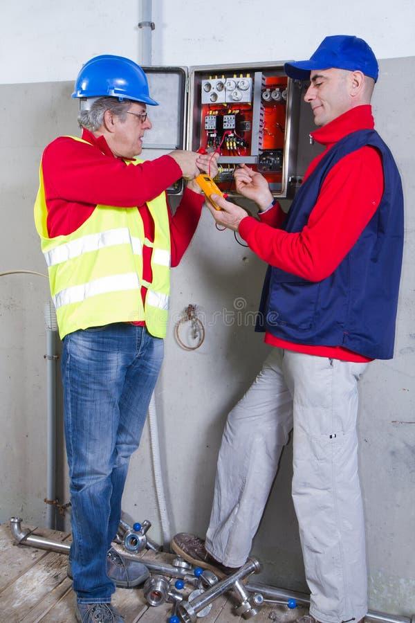 Electricistas en el trabajo fotografía de archivo