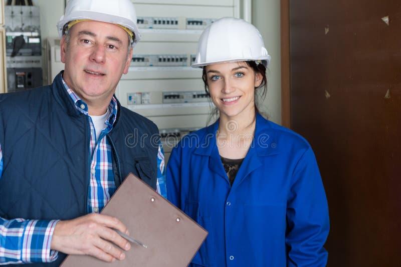 Electricistas que instalan al tablero de distribuci?n fotos de archivo libres de regalías