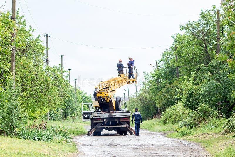 Electricistas que trabajan en los polos, a foto de archivo libre de regalías