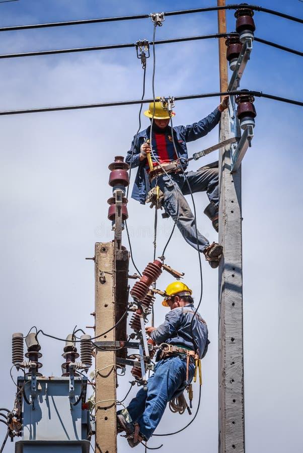 Electricistas que trabajan junto imagen de archivo libre de regalías