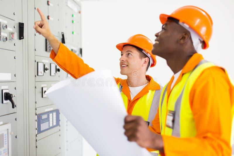 Electricistas que trabajan junto fotos de archivo