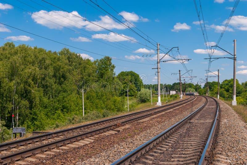 Electrified двухпутная железная дорога в России на солнечный день стоковое изображение rf