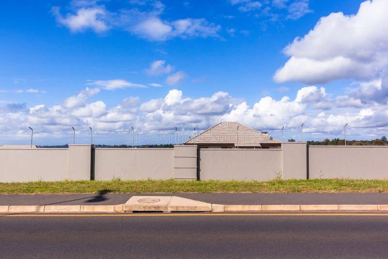 Electrified домом дорога пограничной стены стоковое фото