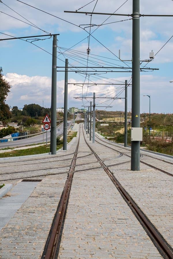 Electrified железная дорога в городе стоковые изображения rf