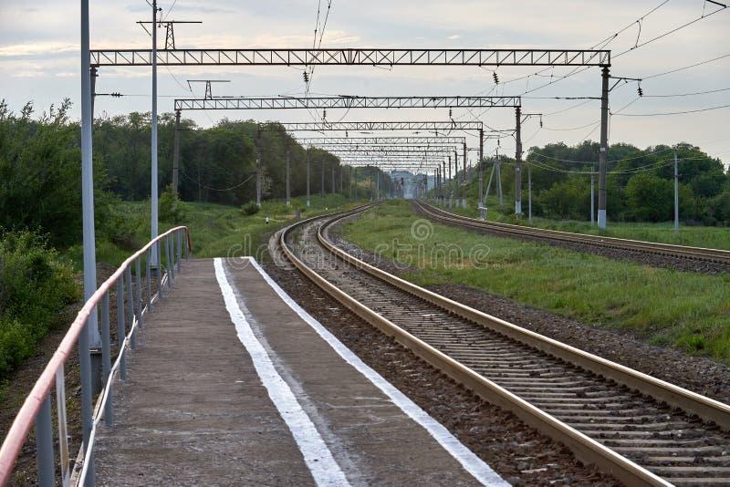 Electrified железная дорога в лете стоковые фото