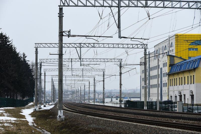 Electrified железная дорога в остановочном пункте города стоковая фотография rf
