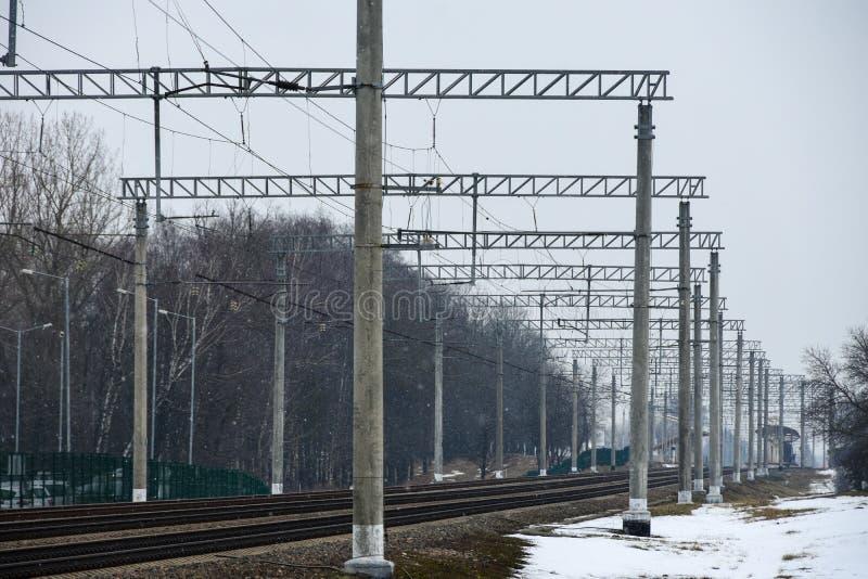 Electrified железная дорога в остановочном пункте города стоковые фотографии rf