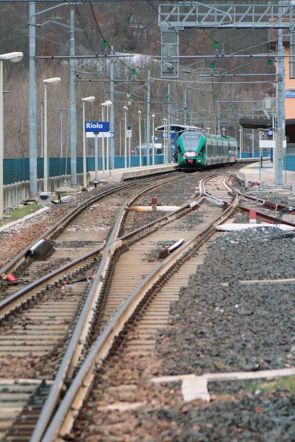 Electrified железная дорога и станция Riola, болонья, эмилия-Романья, Италия стоковые фото