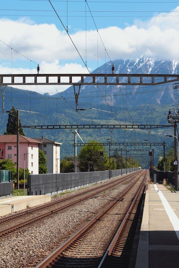 Electrified железная дорога Vernayaz, Martigny, Швейцария стоковая фотография