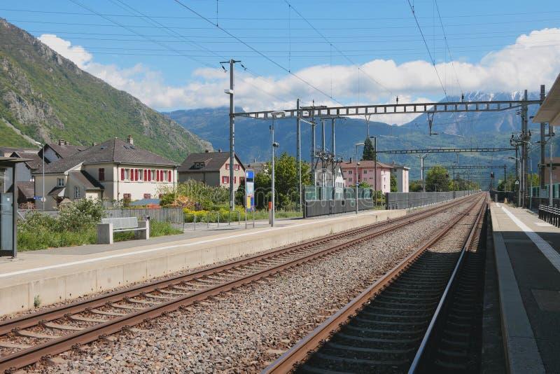 Electrified железнодорожные пути Vernayaz, Martigny, Швейцария стоковое изображение