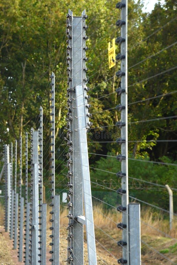 Electrified разделительная стена защищая уязвимое положение стоковое фото rf