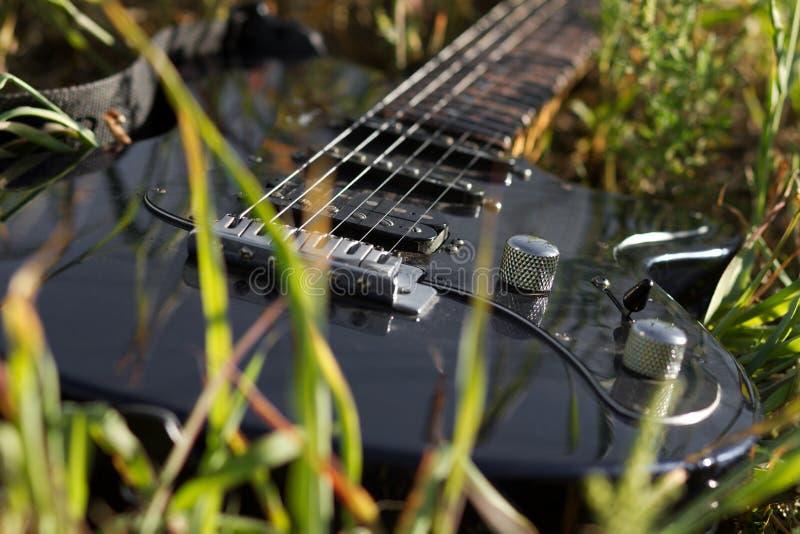 Electro guitarra que miente en hierba fotografía de archivo