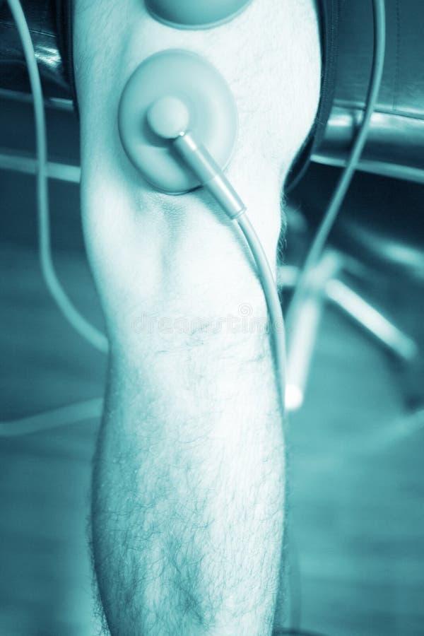 Electro tratamiento del dolor de la tensión de lesión del músculo del estímulo fotos de archivo