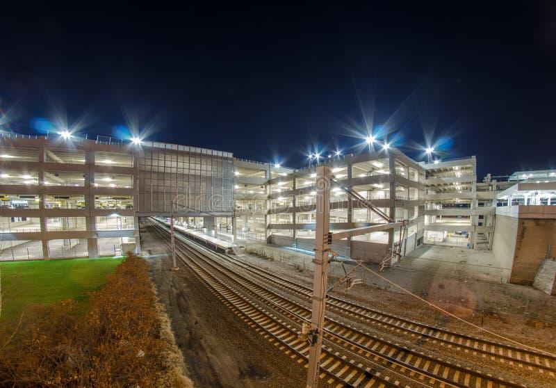 Electro tren intermodal con el estacionamiento en la noche imagen de archivo