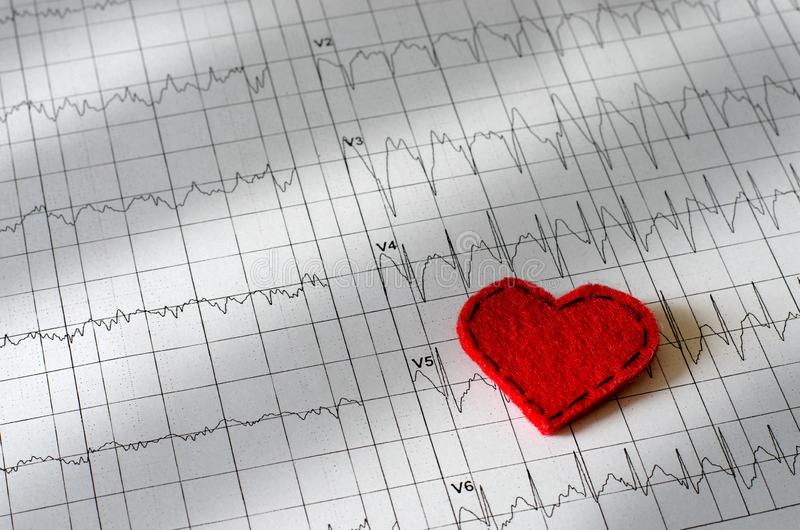Electrocardiograma en el papel Coraz?n rojo hecho de tela foto de archivo