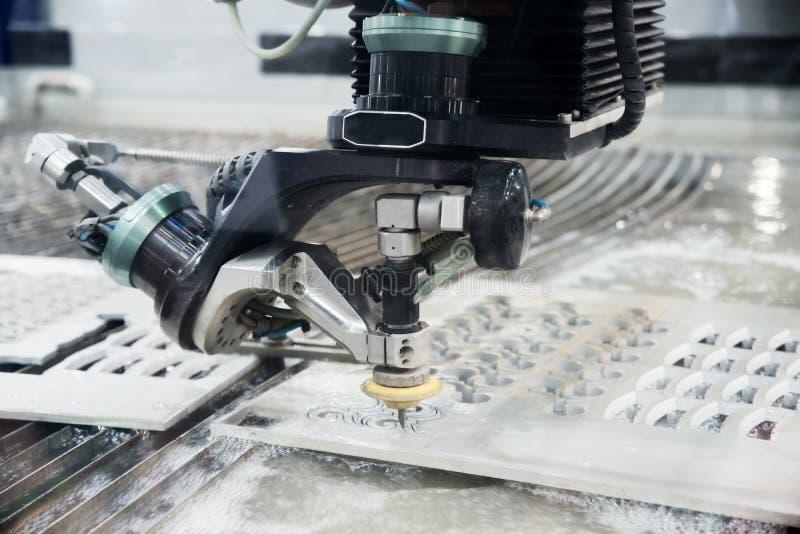 Electrod do uso EDM do operador para fazer o molde da precisão e a morrer de fato foto de stock royalty free