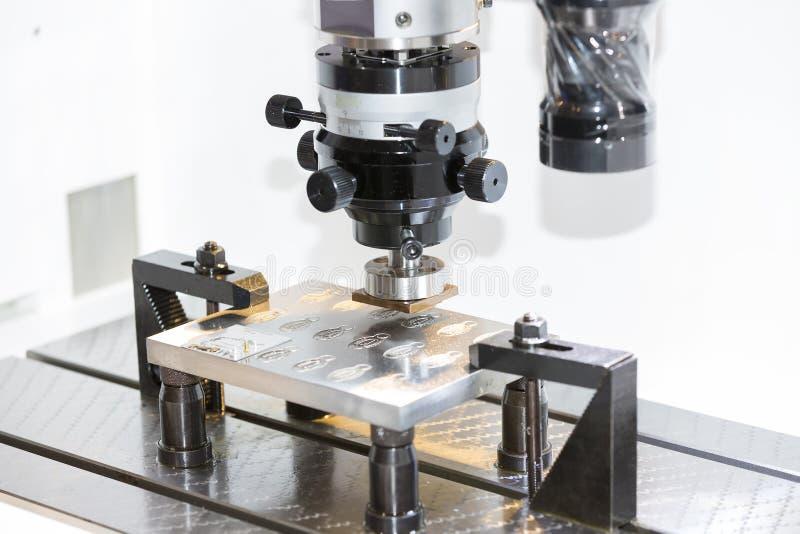 Electrod för operatörsbruk EDM som gör precisionformen och som dör arkivbild