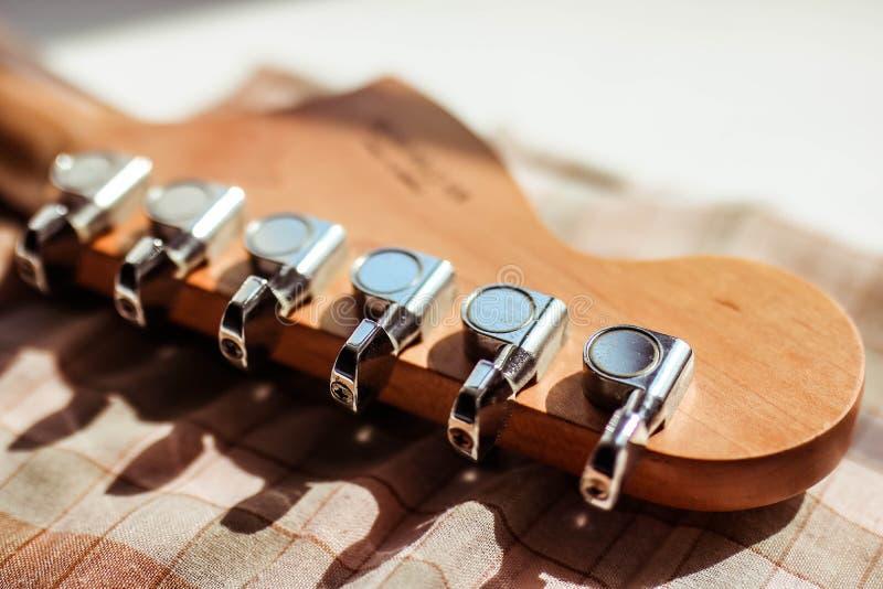 Electronick gitary headstock z gitara czopami zamyka w górę białego tła na obraz royalty free