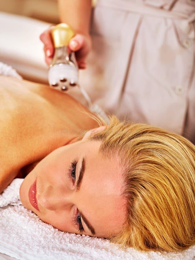 Electroporationstherapieanregungs-Körperbehandlung auf Frau zurück lizenzfreie stockfotografie