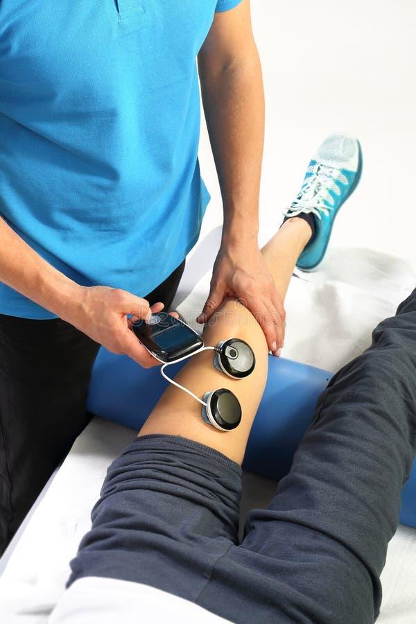 Electrostimulation, tratamiento y rehabilitación del músculo fotografía de archivo libre de regalías